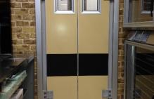 Dwuskrzydłowe drzwi wahadłowe